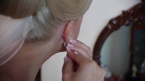 Woman who puts his ear pierced in front of a mirror 78 Footage
