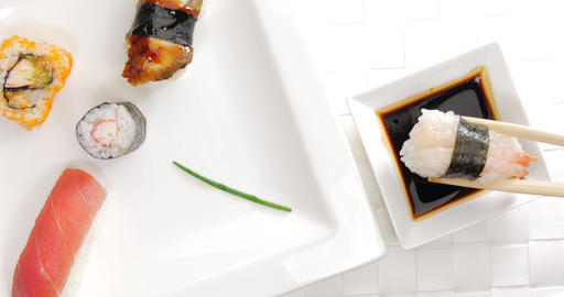 Pick and dip shrimp sushi in soy sauce ビデオ