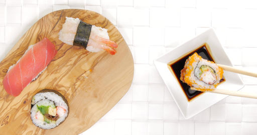 Pick and dip crab sushi in soy sauce ビデオ