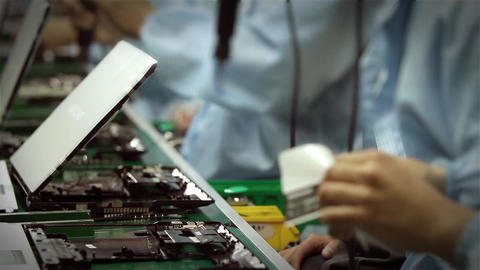 Timelapse Workers Assembling Computers Filmmaterial