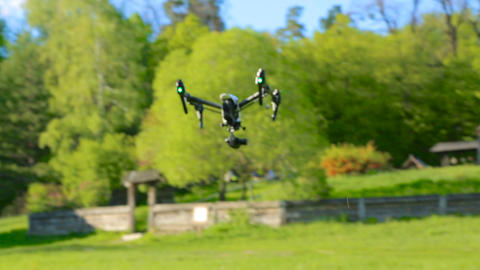 Drone takes off with green grass up, composed chassis and flies forward ビデオ