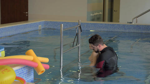 Child doing treatment exercises in therapeutic pool Archivo