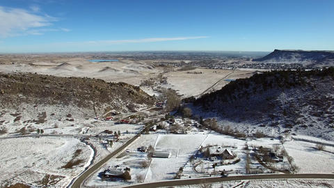 Aerial drone fly high mesa top flat plains winter snow covered hogback ビデオ