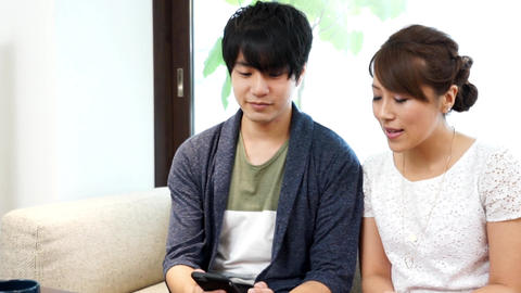 Watch smartphone with couple (couple) pan Live Action