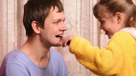 The five-year daughter playing doctor with Dad - Dad's looked bad tooth Footage