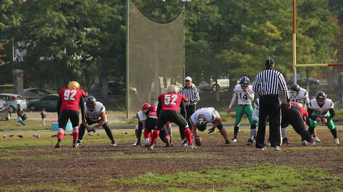 Offense team attacking defense, the beginning of American football match Archivo