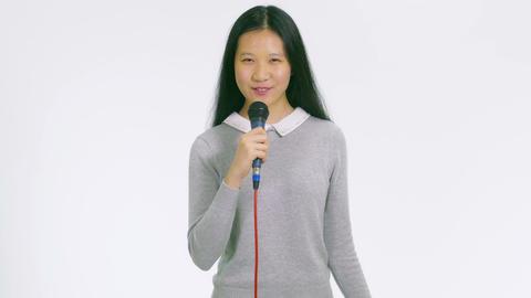 Teenage Asian girl holding mic presenting 1 Live影片