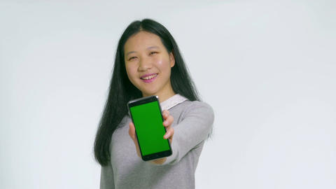 Teenage Asian girl holds up green screen phone happy 1 Live影片