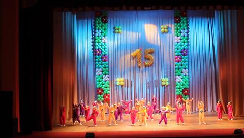 MVI 89682 small children dance on scene dance hours go Filmmaterial