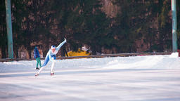 Speed ice skater skating outdoor race HD video. Athlete training winter olympic Filmmaterial