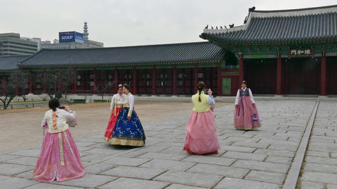 Girls Taking Pictures With Camera Phone In Seoul Korea Asia 영상물
