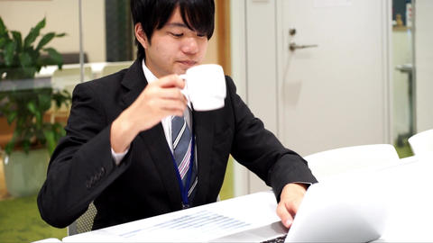Employee who drinks coffee Filmmaterial