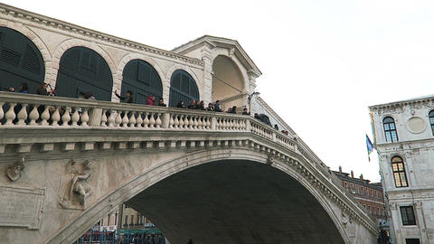 Venice, Italy day view of Rialto Bridge with tourists 画像