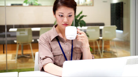 Women who drink coffee (work / desk work) ビデオ