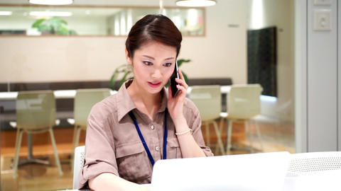 Company employee who works with a serious look (women · phone) ビデオ