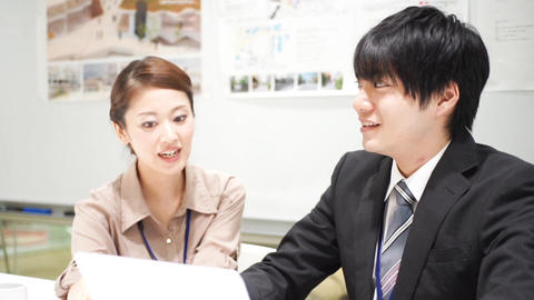 Men and women who work (collaborative work / colleagues / new recruits) pan ライブ動画