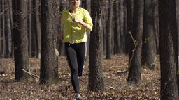 Young woman trail running Filmmaterial
