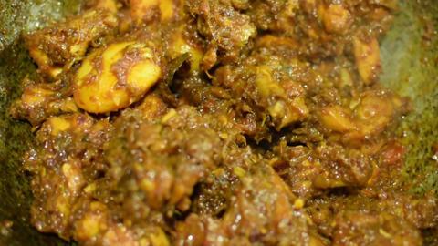 smoking hot Indian chicken curry being made ビデオ