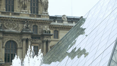 Louvre pyramid close up. Fountains in foreground ビデオ