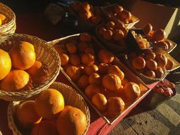 Oranges Mandarines Cut fruit basket light, shadow square market stall copyspace Foto