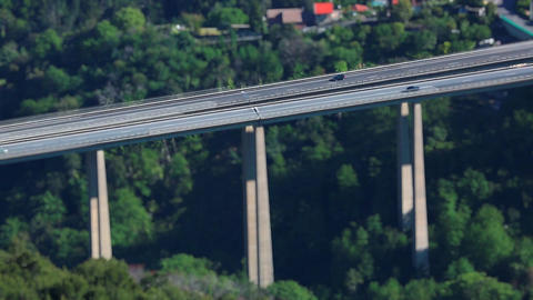 Tilt Shift Time Lapse Of Highway Traffic On A Bridge ビデオ