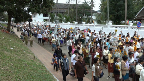 Street scene with people walking in columns Acción en vivo