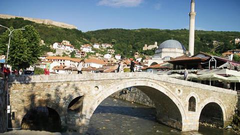 ancient stonebridge of Prizren, Kosovo. People cross the stonebridge in time lap ビデオ