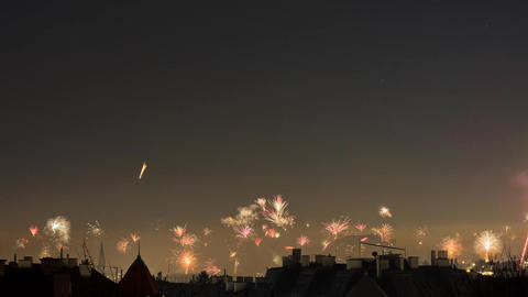 Timelapse of New Year's Eve fireworks in midnight sky over Vienna, Austria ビデオ