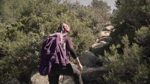 Tracking shot of woman hiking in the mountains Filmmaterial