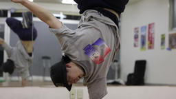 Break Dance Steppin (One Hand Hop) Style CG動画素材