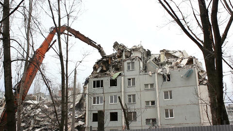 Demolition of building in urban environments with heavy machinery Filmmaterial