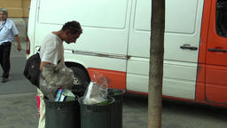 BRNO, CZECH REPUBLIC AUGUST 11, 2015: Authentic homeless man looking and eats Archivo