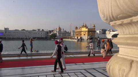 Sikh pilgrims in the Golden Temple in Amritsar, Punjab, India. Harmandir Sahib i Footage