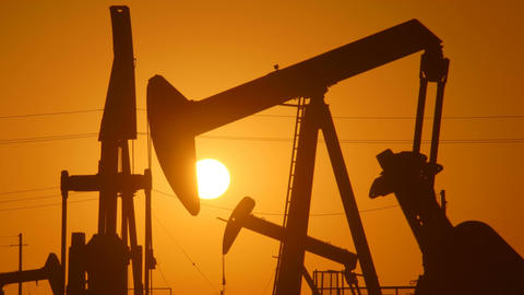Large Oil Field At Sunrise Filmmaterial