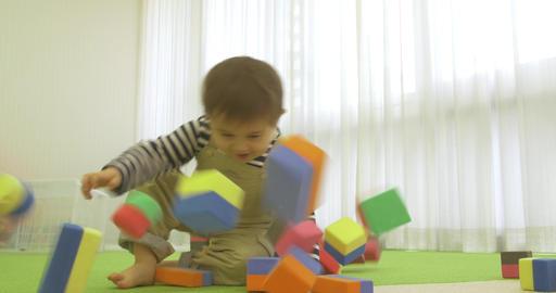 Cute Child jumps on blocks ビデオ