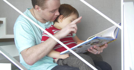 Father reads to mixed race son ビデオ