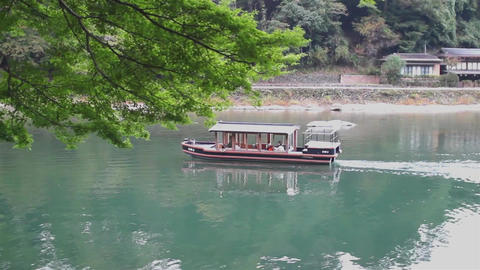 boat sails along the river at arashiyama, Kyoto ライブ動画