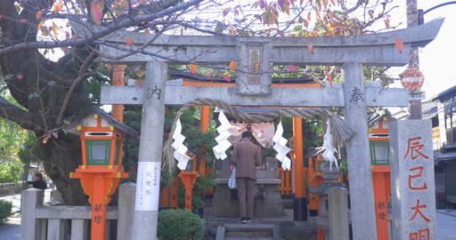 Japanese man bowing at shrine ライブ動画