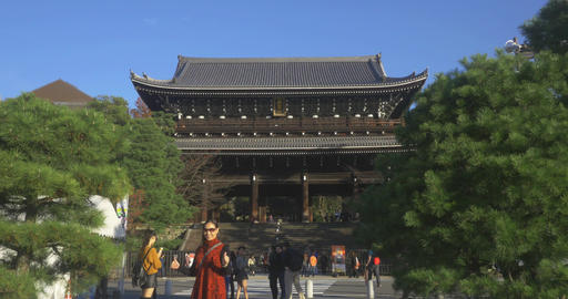 Tourist Poses infront of famous temple ライブ動画
