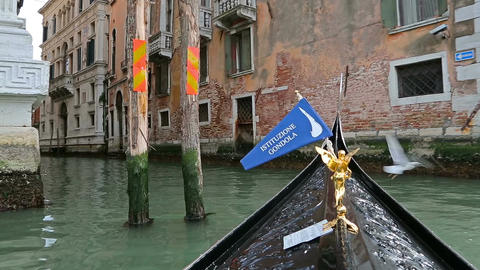 Gondola floating down narrow canal ภาพวิดีโอ