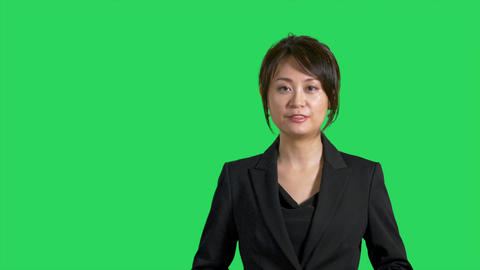 Asian Chinese businesswoman or presenter presenting on greenscreen Filmmaterial