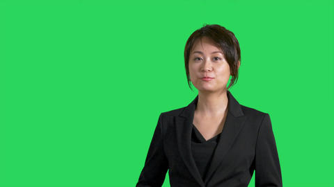 Asian Chinese businesswoman showing product or weather on greenscreen Live影片