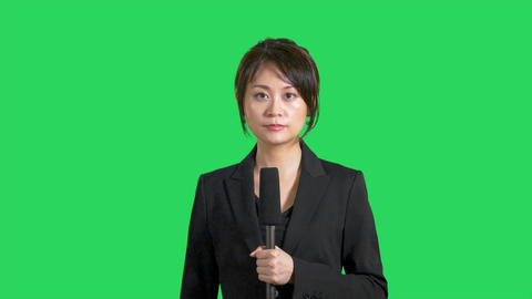 Happy Asian Chinese news presenter on green screen Live影片