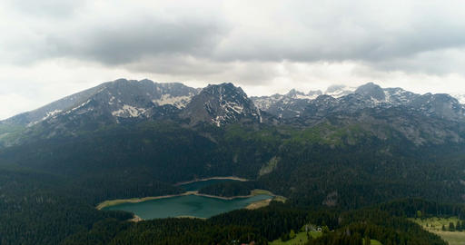 Drone approaches the Alpine lake at an altitude of 200 meters ビデオ