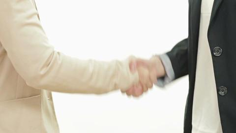 Two woman shaking hands影片素材