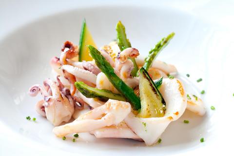 Grilled calamari with green asparagus Foto