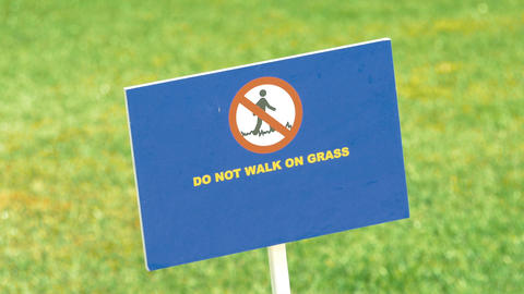 Video of do not walk on grass sign in 4K 画像