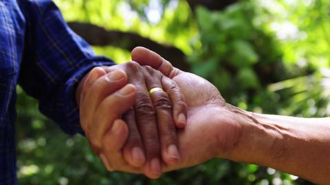 Senior couple holding hands ライブ動画