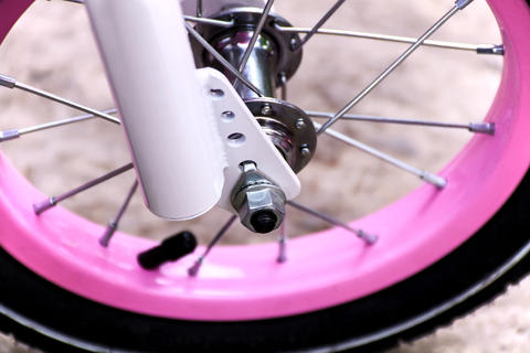 Wheel of a pink bicycle Foto