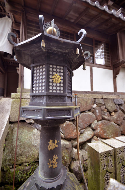 A Shinto shrine and garden lantern フォト